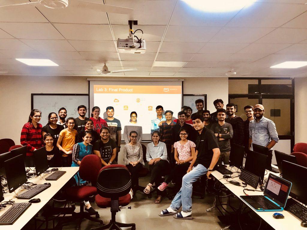 インドCharotar UniversityのAWS Academy認定講師、Sandip Patel氏と学生たち