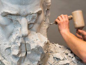 彫刻を彫る画像